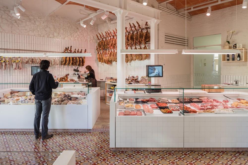 carnicería reformada por Pau Sarquella en Celrà.