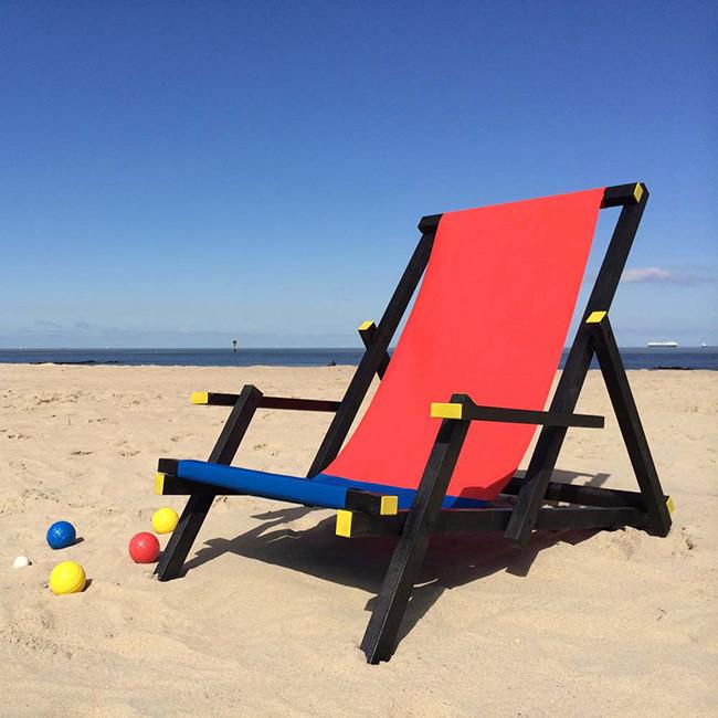 silla roja y azul playa