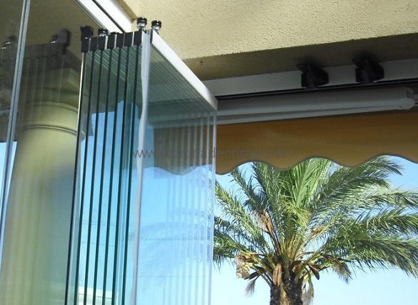 terraza con cortina abierta