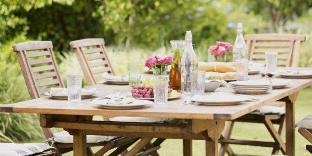 Set table in backyard jardin