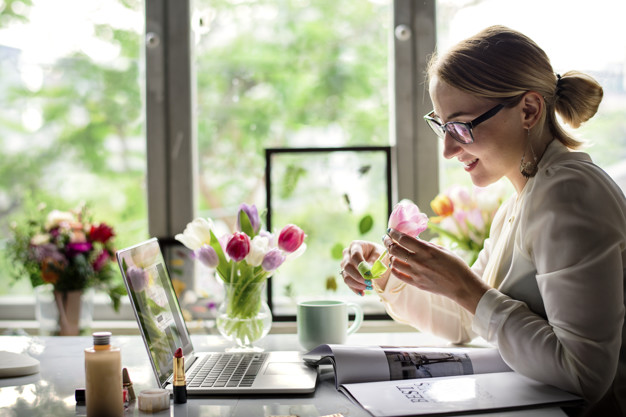 mujer con flores oficina