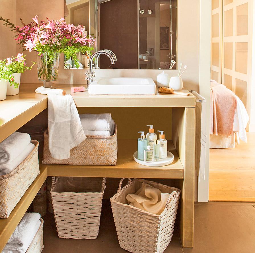 organizar el mueble de baño cestas