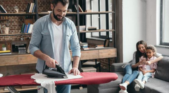 hombre planchando con tabla de planchar
