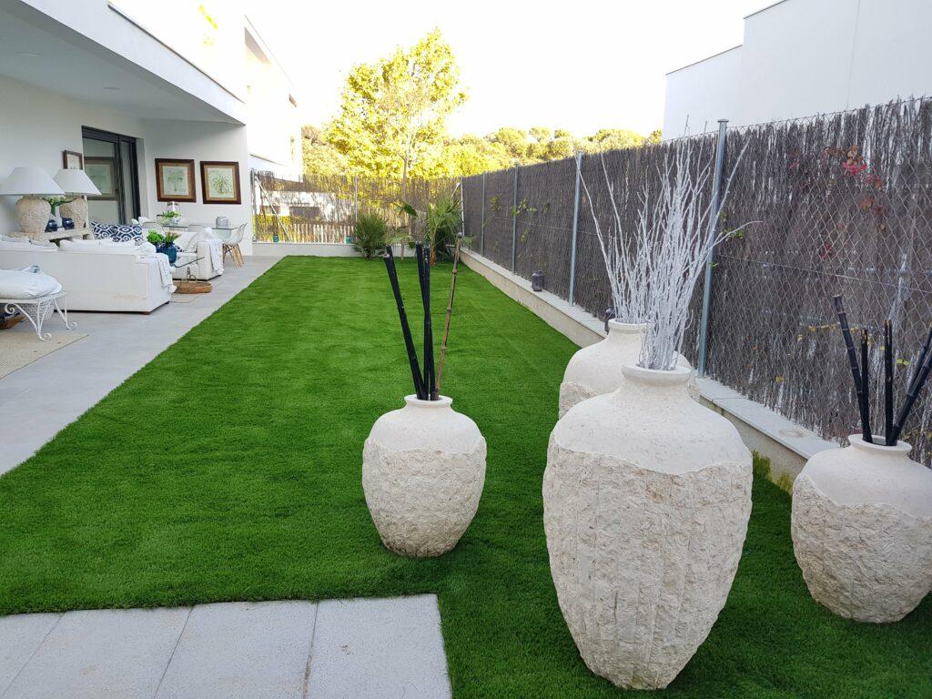 Después de instalar césped artificial en una terraza