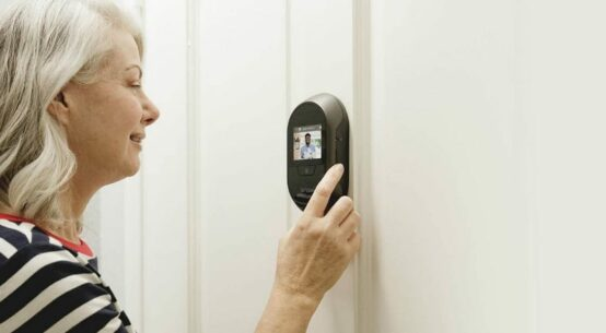 mirilla digital anciano
